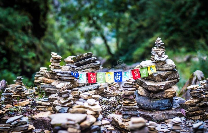Buddyjska mantra na stubarwnych flaga w himalajach na Annapurna obraz stock