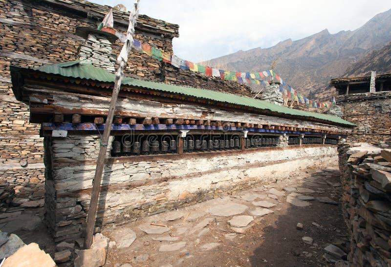 Buddyjska modlitwa wiele ściana z modlitewnymi kołami obraz royalty free