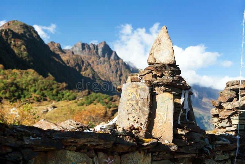 Buddyjska modlitwy ściana w Nepal himalajach fotografia royalty free