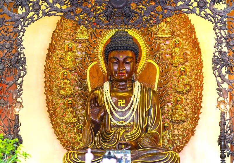 Buddyjska statua w świątyni dekorującej zaświeca, kolorowi kwiaty na Buddha ` s urodziny obrazy stock