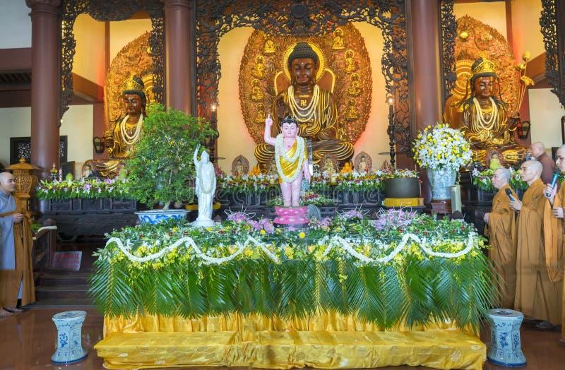 Buddyjska statua w świątyni dekorującej zaświeca, kolorowi kwiaty na Buddha ` s urodziny obraz stock