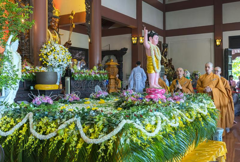 Buddyjska statua w świątyni dekorującej zaświeca, kolorowi kwiaty na Buddha ` s urodziny zdjęcie stock
