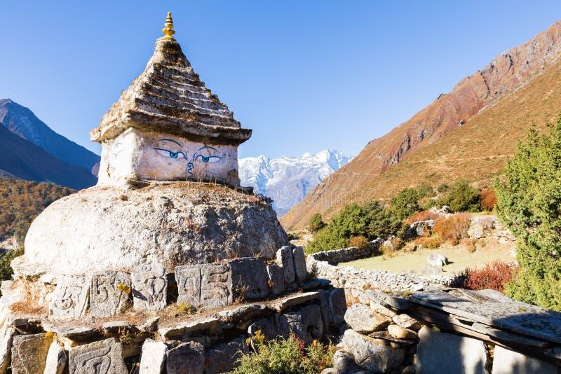 Buddyjska stupa ono przygląda się w Nepal górach obraz stock