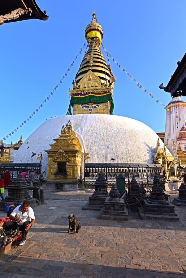 Buddyjska stupa Swayambhunath, Kathmandu zostawał nietkniętą póżniej obraz stock