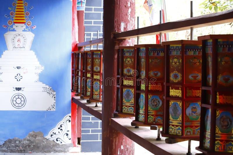 Buddyjski modlitewny toczy wewn?trz ?wi?tyni? chabeta szczyt, Baisha wioska, Lijiang, Yunnan, Chiny zdjęcia stock