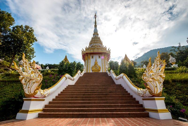 Buddyjski monaster, naga statua na schodku przy świątynią Chmurny i niebieskie niebo tło zdjęcia royalty free