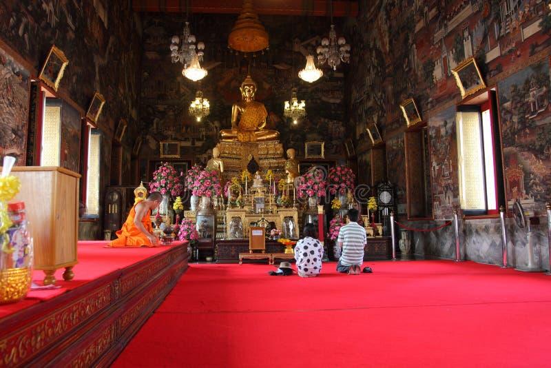 Buddyjskie dewotki przy Wata Arun świątynią obraz royalty free