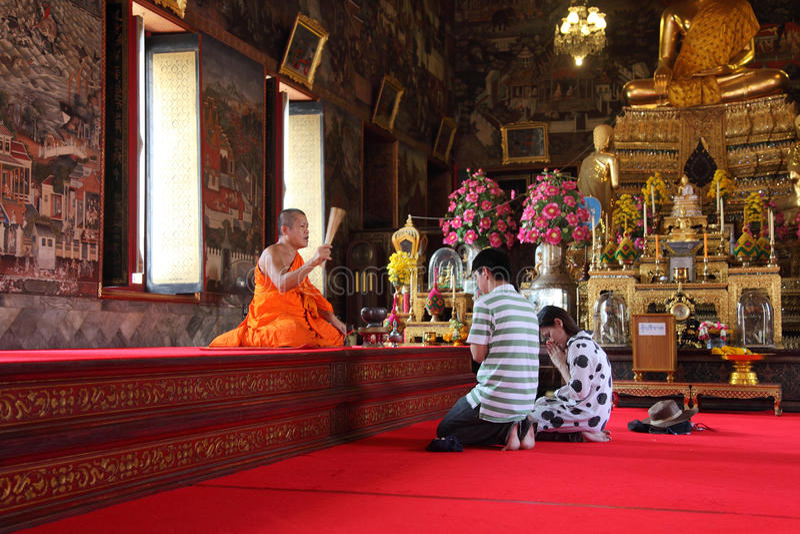 Buddyjskie dewotki przy Wata Arun świątynią obraz stock