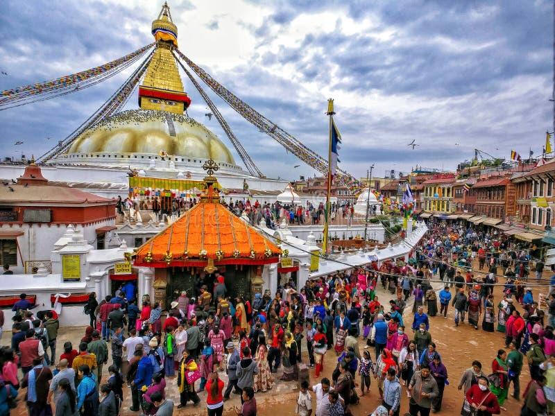 Buddyjskie dewotki rozprowadza Boudhanath stupę na Buddha Jayanti Buddha ` s urodziny obraz royalty free