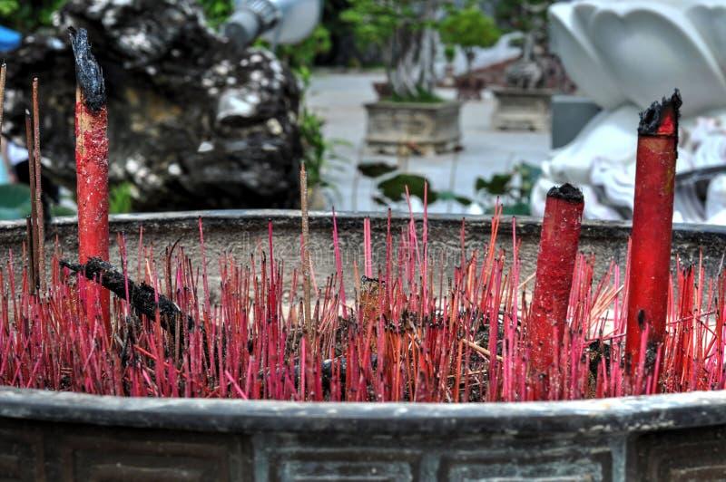Buddyjskiej świątyni czerwieni kadzidło wtyka palnika obraz royalty free