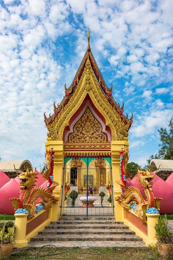Buddyjskiej świątyni wejście z kolorową dekoracją obraz royalty free