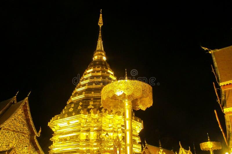 Buddyjskiej świątyni złota pagoda Doi Suthep przy nocą zdjęcie royalty free