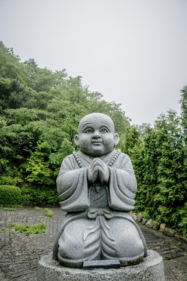 Buddysty kamień w świątyni obraz royalty free