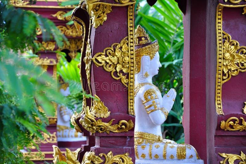 Buddyzm modlitwa w Tajlandia - statua zdjęcia royalty free