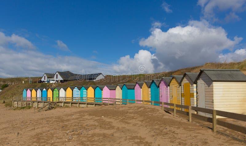 Bude Nord-Cornwall England Großbritannien mit bunten Pastellstrandhütten auf dem Strand stockbild