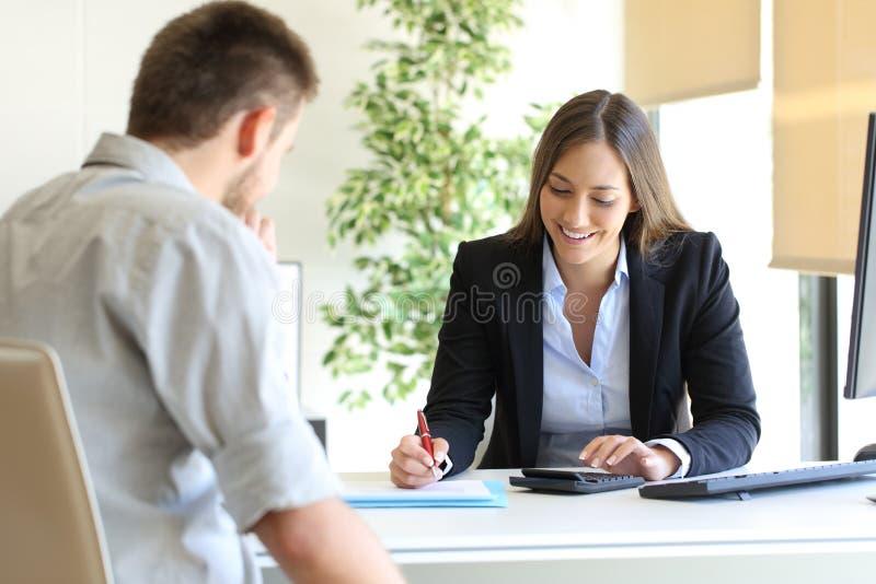 Budget calculateur d'agent d'assurance et de client photo stock