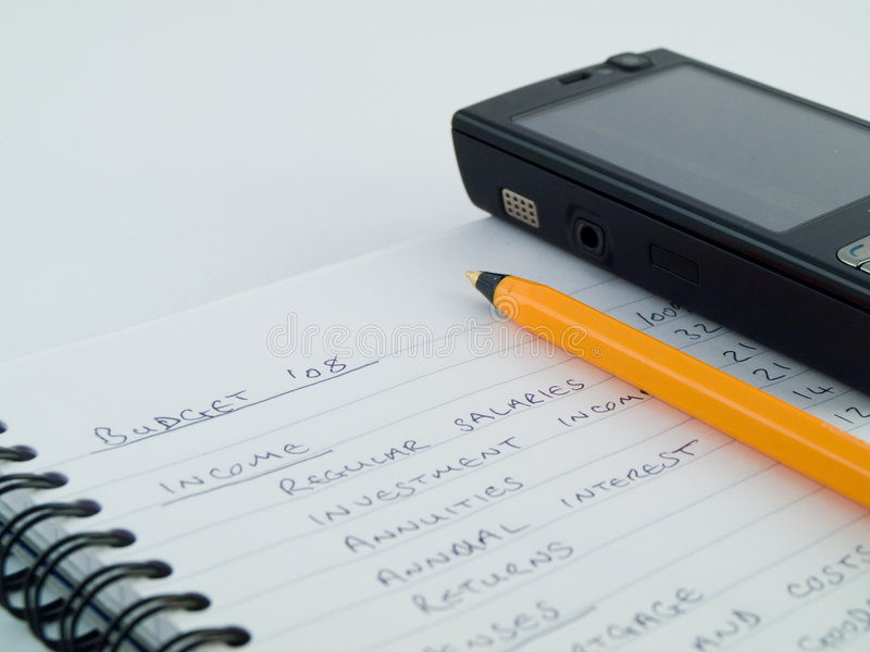 Budget commercial à la maison avec le téléphone portable photographie stock