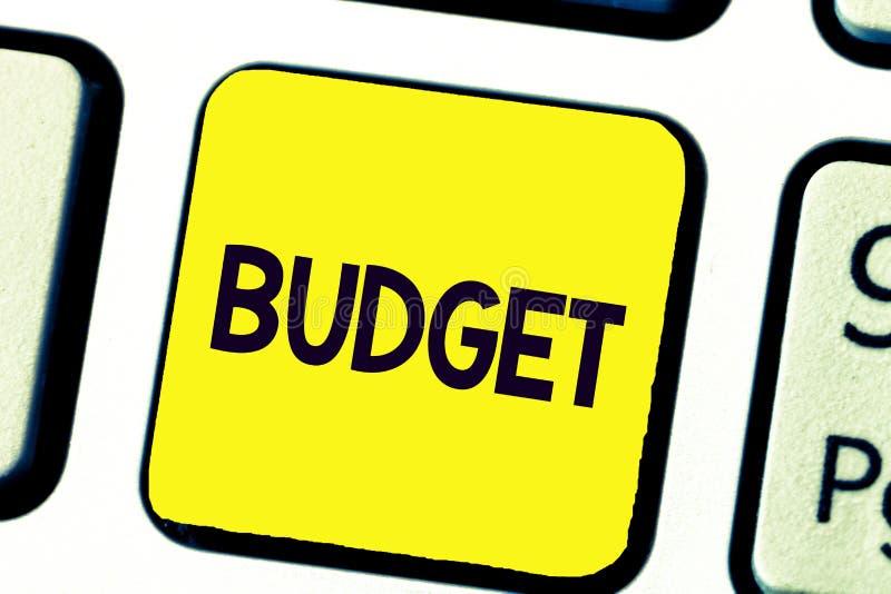 Budget d'écriture des textes d'écriture La signification de concept a défini l'évaluation des revenus et dépenses pour la période images libres de droits