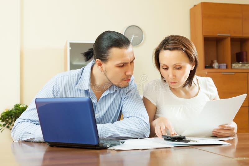 Budget de famille calculateur de couples d'une cinquantaine d'années images libres de droits