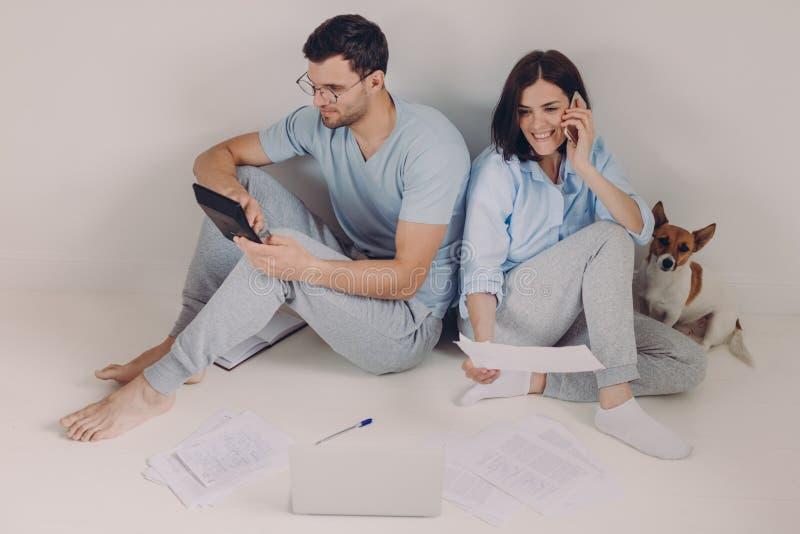 Budget de famille, paiement, concept de finances Les couples de famille analysent des documents ensemble, calculent des dépenses, photos stock