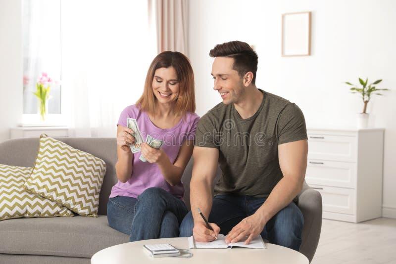 Budget de gestion de couples pour ?pargner l'argent photographie stock