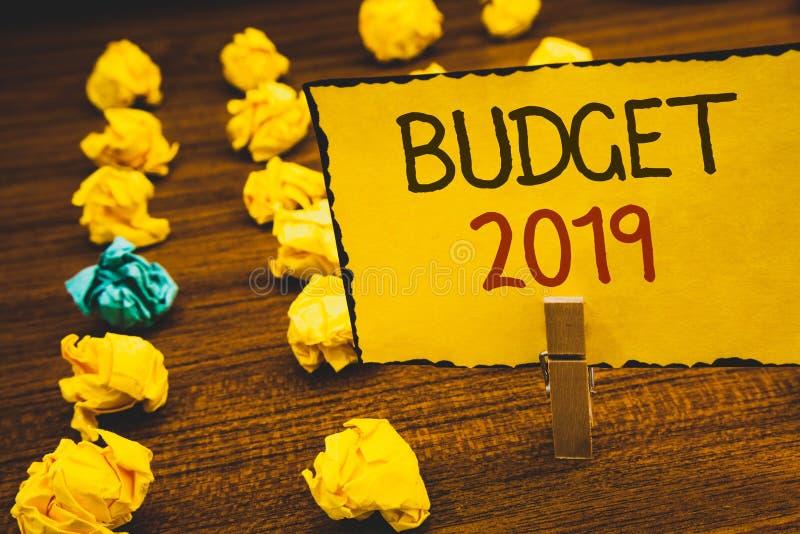 Budget 2019 des textes d'écriture Concept signifiant l'évaluation de nouvelle année des revenus et des dépenses PlanClothespin fi photographie stock libre de droits
