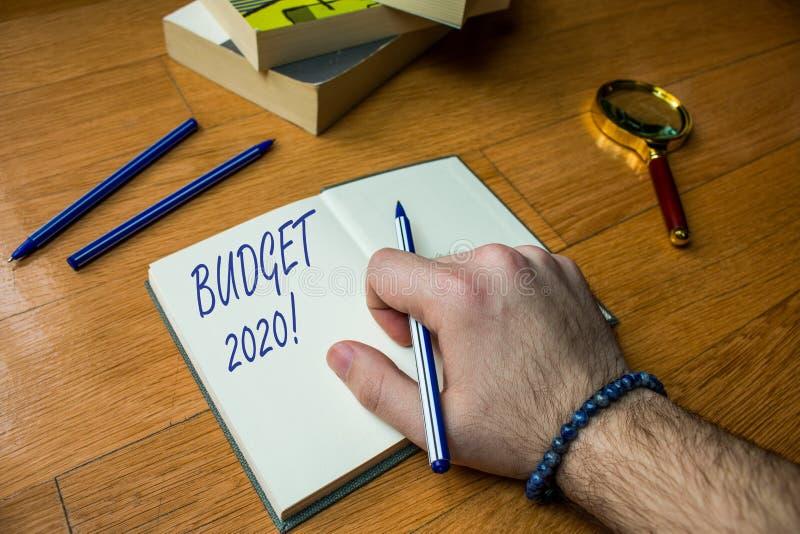 Budget 2020 f?r ordhandstiltext Affärsidé för bedömning av inkomst och förbrukning för slut för nästa eller aktuellt år upp arkivbilder