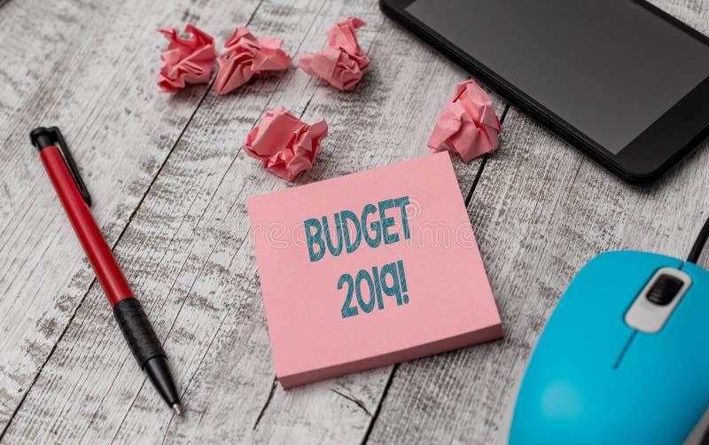 Budget 2019 f?r textteckenvisning Begreppsmässig fotobedömning av inkomst och förbrukning för det aktuella året som skriver utrus royaltyfri fotografi
