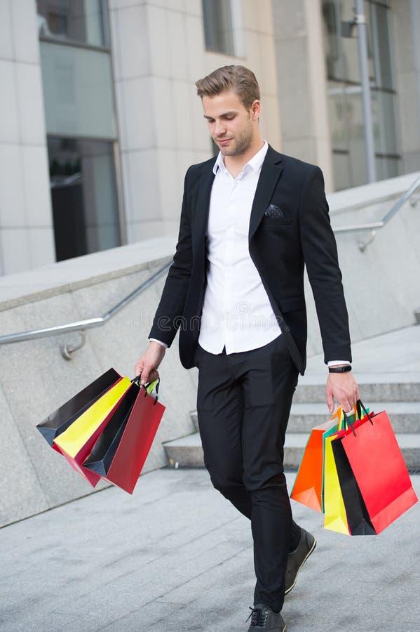 Budget- gräns Folket ger ut för mycket på saker, därför att de hade inga parametrar runt om utgifter Den lyckliga mannen bär grup arkivfoto