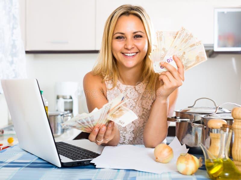 Budget heureux de planification de femme au foyer photo stock