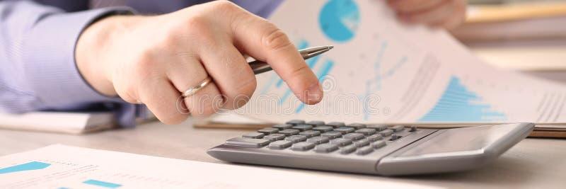 Budget-Konzept Person Calculate Finance Company stockfotos