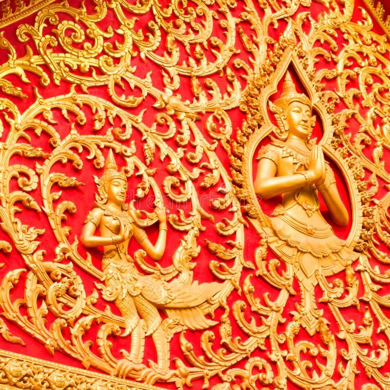 Budha dorato su fondo rosso fotografia stock libera da diritti