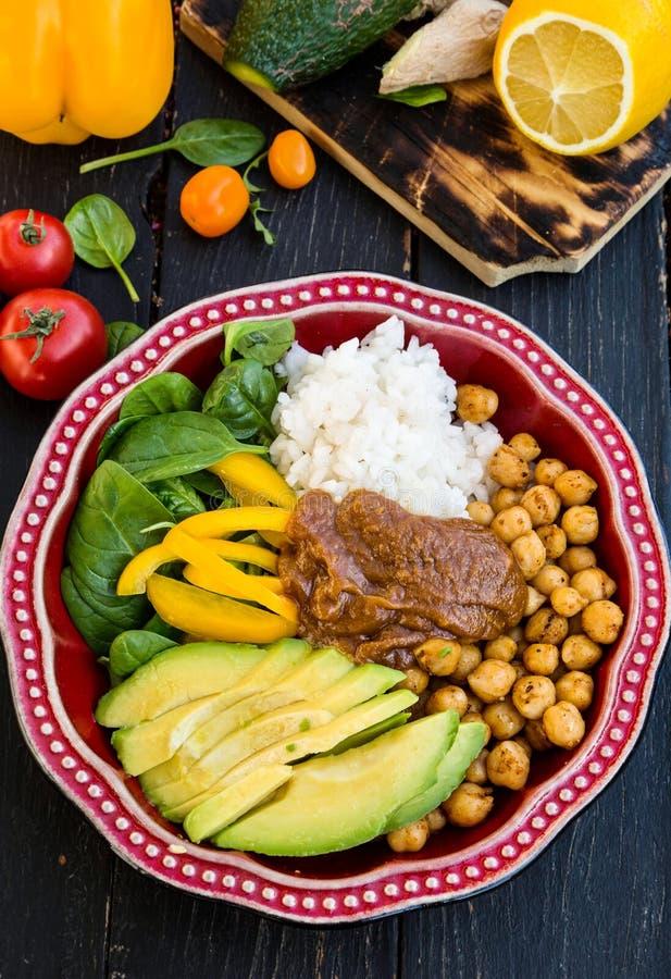 Budha-Schüssel Reis, gekochte Kartoffel, Babyspinat, grüner Pfeffer stockfoto