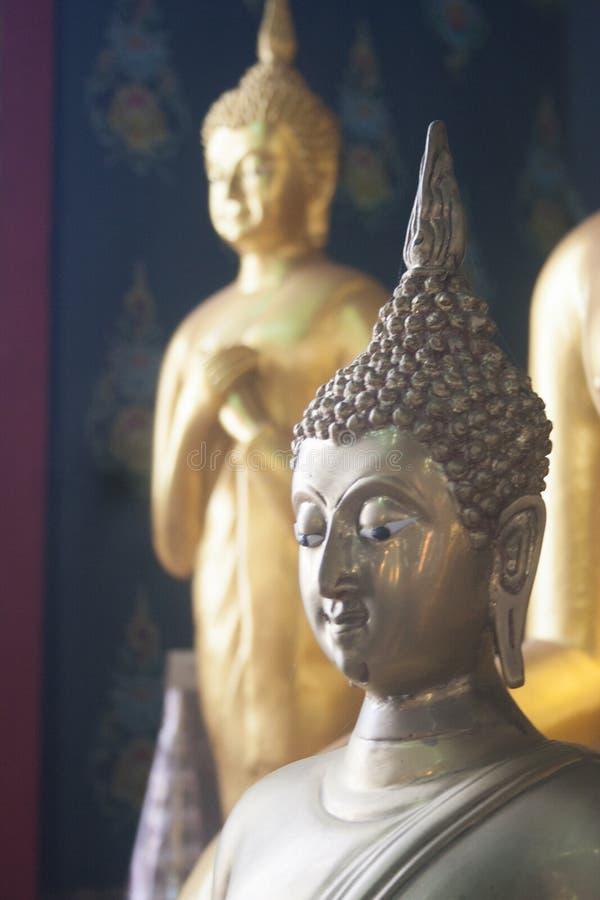 Budha som är beautyful i Thailand, når att ha regnat royaltyfri fotografi