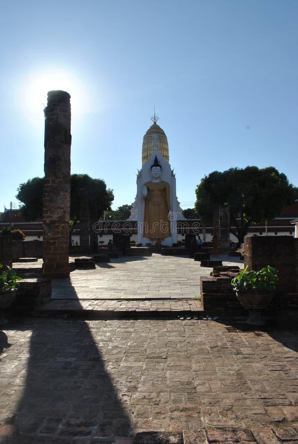 Budha statyställning på Wat Pha Sri Rattana mahathatphitsanulok Thailand royaltyfria foton