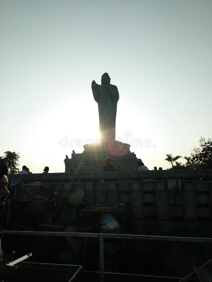 budhha y puesta del sol del señor imagenes de archivo