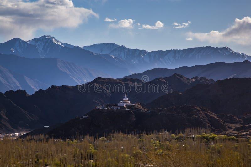 Budhist纪念碑Shanti Stupa在Leh,拉达克 免版税库存图片