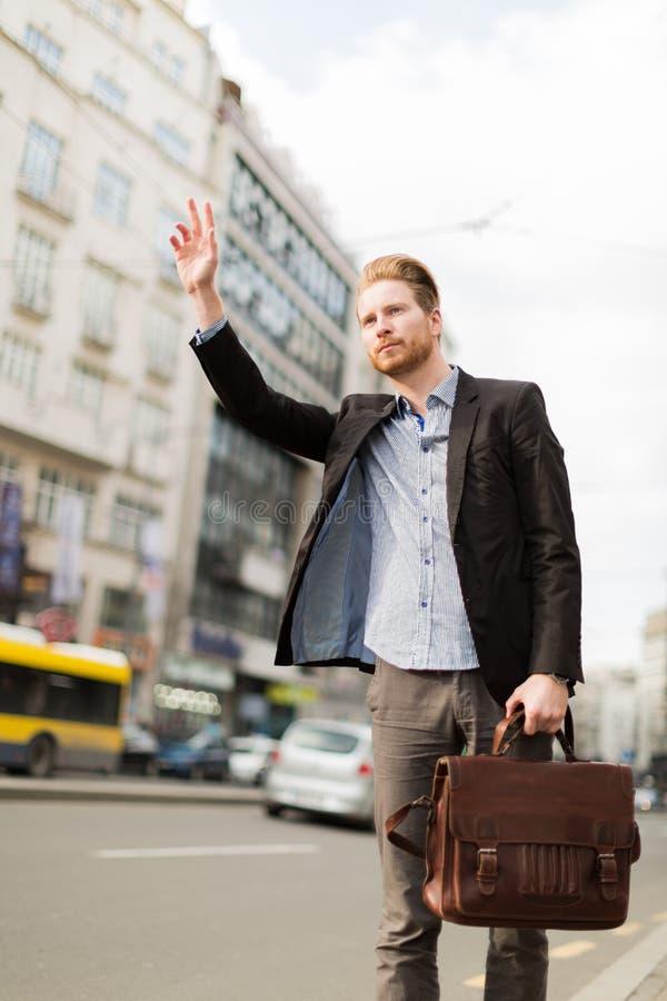 Budinessman развевая для такси стоковое фото