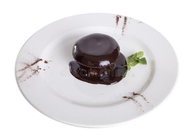 Budino al cioccolato su un piatto bianco immagine stock