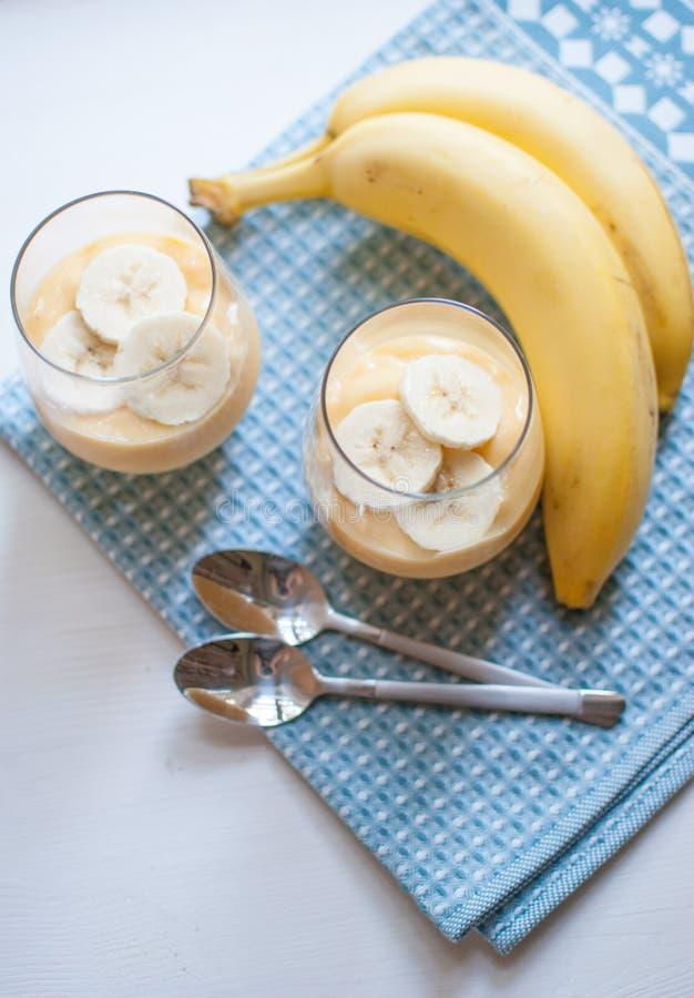 Budino della banana in un vetro immagine stock