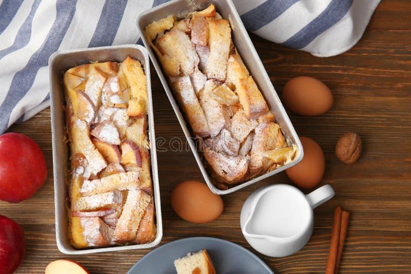 Budino di recente al forno del pane nei piatti della casseruola fotografie stock libere da diritti