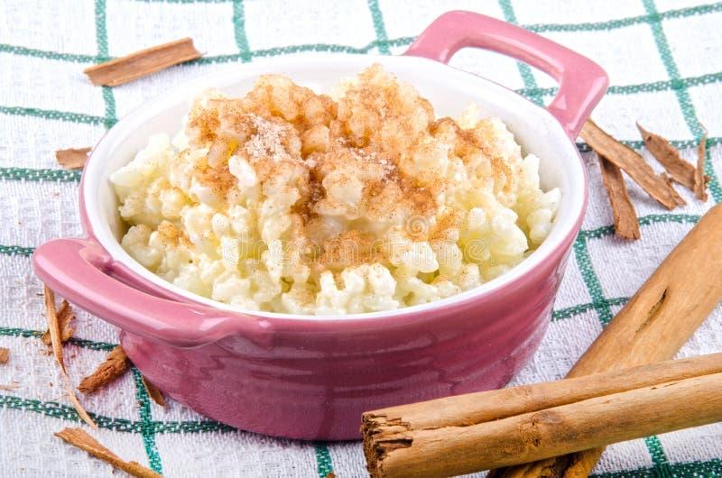 Budino di riso con cannella e zucchero immagini stock libere da diritti