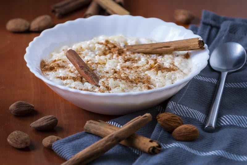 Budino di riso cremoso con cannella immagini stock
