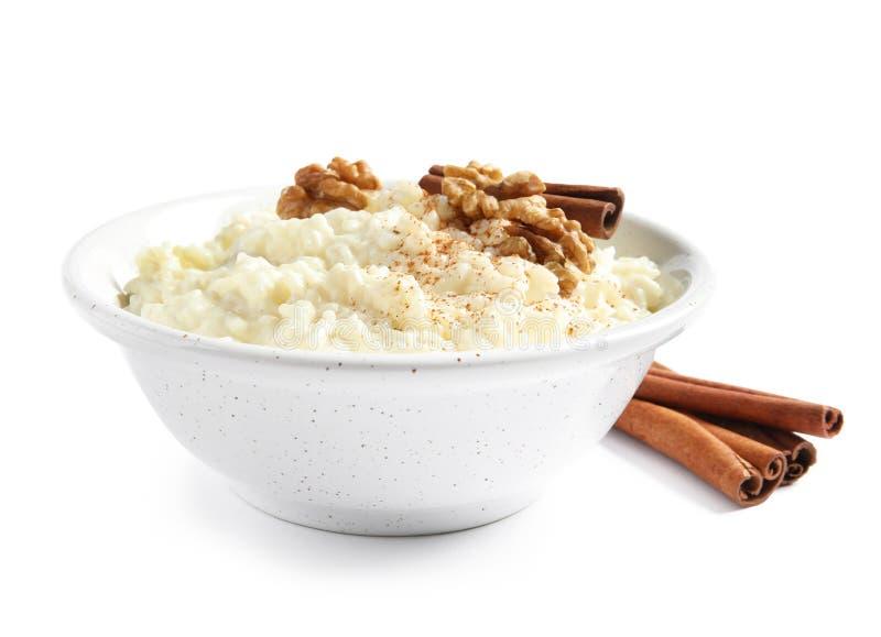 Budino di riso cremoso con cannella e le noci in ciotola immagini stock