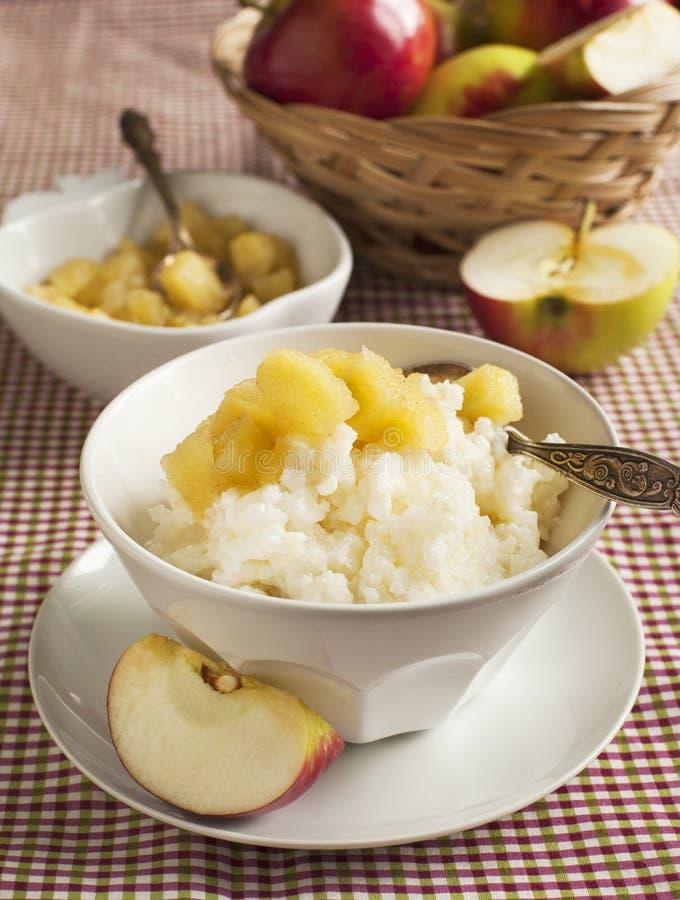 Budino di riso cremoso con la composta di mele fotografia stock libera da diritti