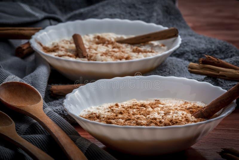 Budino di riso cremoso cucinato con cannella fotografia stock libera da diritti