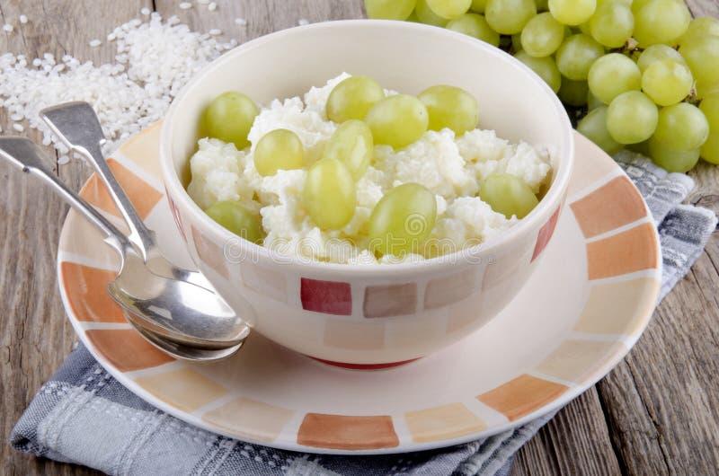 Budino di riso Mediterraneo con l'uva immagini stock libere da diritti