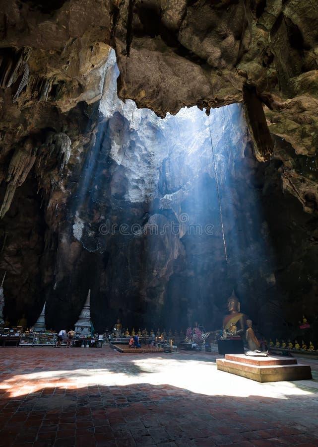 Budismo surpreendente com o raio de luz na caverna, Ratchaburi P imagem de stock royalty free