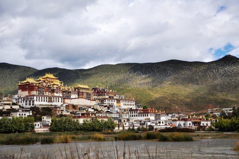 Budismo tibetano da arquitetura de Shangri-La Yunnan do templo de Songzanling imagem de stock