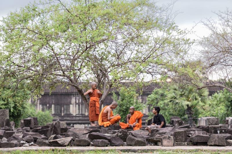 Budistas atrás de Angkor Wat imagens de stock